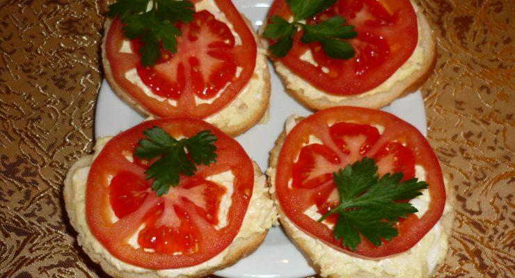 Бутерброд с помидором и сыром